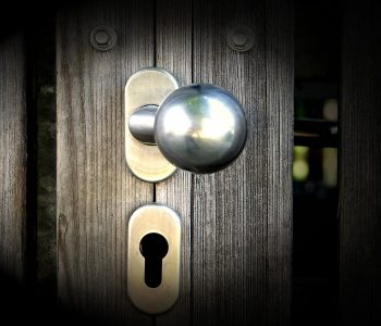 adopter une poignée de porte noire